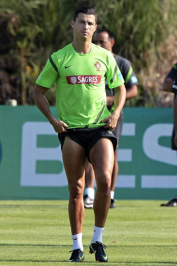 Cristiano Ronaldo asiste al entrenamiento de la selecci&#xf3;n portuguesa. EFE/MANUEL DE ALMEIDA.