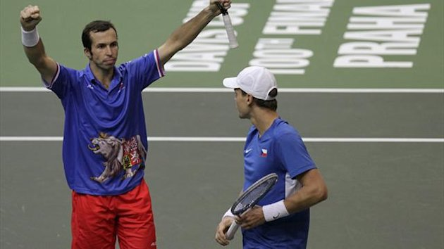 Czech Republic&#39;s Tomas Berdych (R) and Radek Stepanek celebrate after winning over Spain&#39;s Marc Lopez and Marcel Granollers during their Davis Cup tennis tournament doubles final match in Prague