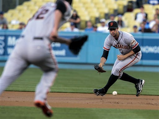 Giants beat Dodgers 2-1, sending Kershaw to loss