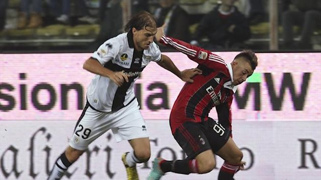 AC Milan's Stephan El Shaarawy (R) is challenged by Parma's Gabriel Paletta during their Serie A match (Reuters)