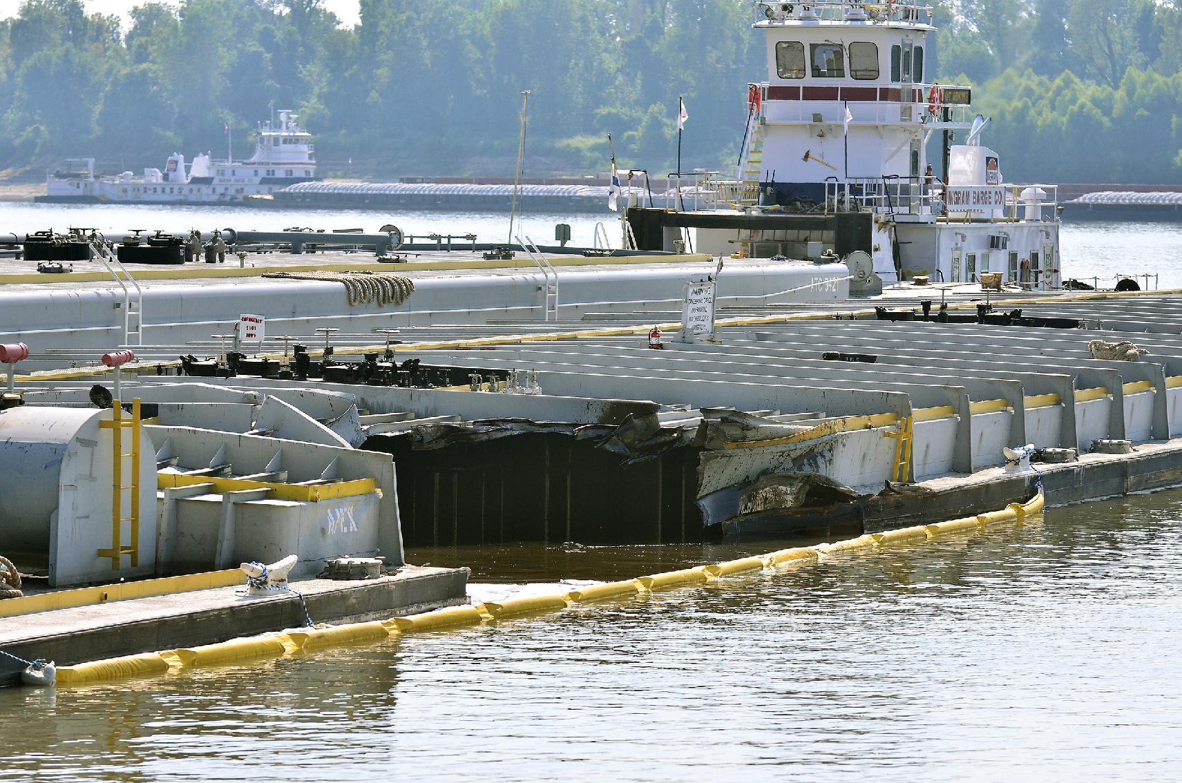 Clean up crews to go into Mississippi River after oil spill