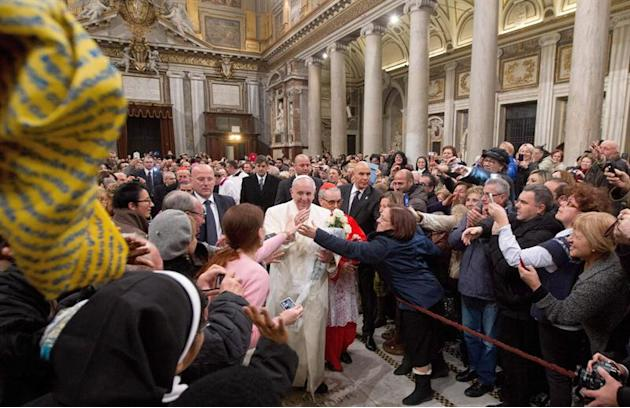 ROM30. Rome (Italy), 08/12/2013.- Pope Francis is mobbed by pilgrims and well wishers as he arrives inside the Basilica of Santa Maria Maggiore in Rome to pray in front of the icon of Salus Populi Rom