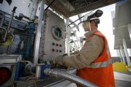 Chase Thornley logs the activity at a LNG terminal station at a Blu LNG filling station in Salt Lake City, Utah, March 13, 2013. ENN Group Co Ltd, one of China&#39;s largest private companies, is quietly rolling out plans to establish a network of natural gas fueling stations for trucks along U.S. highways. To match Exclusive ENN-LNG/USA REUTERS/Jim Urquhart