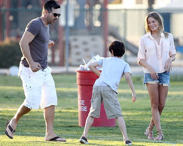 Eddie Cibrian with his son and wife, LeAnn Rimes. (MAP/Splash News)