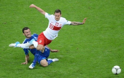 Greek defender Vassilis Torosidis (L) fights for the ball with Polish midfielder Ludovic Obraniak