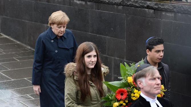 MUN81. Dachau (Germany), 03/05/2015.- German Chancellor Angela Merkel (L) attends a wreath laying ceremony during the commemoration event marking the 70th anniversary of the liberation of Dachau concentration camp by Allied Forces, at the former camp in Dachau, Germany, 03 May 2015. More than 200,000 people from across Europe were interned under dire conditions at Dachau, the first Nazi concentration camp established, and its numerous sub-camps between 1933 and 1945. (Alemania) EFE/EPA/ANDREAS GEBERT
