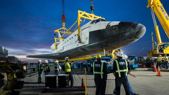 Shuttle Endeavour Hoisted Off Jumbo Jet for Road Trip to L.A. Museum
