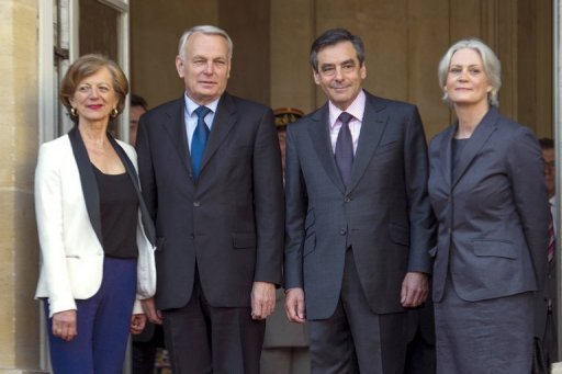 Der scheidende franzsische Premier Franois Fillon (2.v.r.) und seine Frau Penelope (r.) posieren in Pariser am Amtssitz des Regierungschefs mit dem designierten Nachfolger Jean-Marc Ayrault und dessen Ehefrau Brigitte. Heute wird die neue franzsische Regierungsmannschaft bekannt