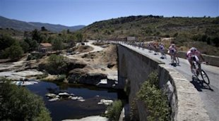 The pack rides during the 8th stage of the Spanish Vuelta cycling race over 177.3 kilometers (110.1 miles) with start in Talavera de la Reina and fini