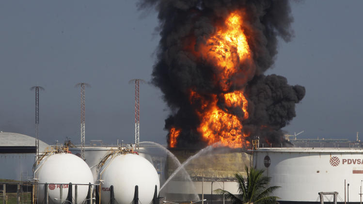 Fire at Venezuela refinery, lightning blamed