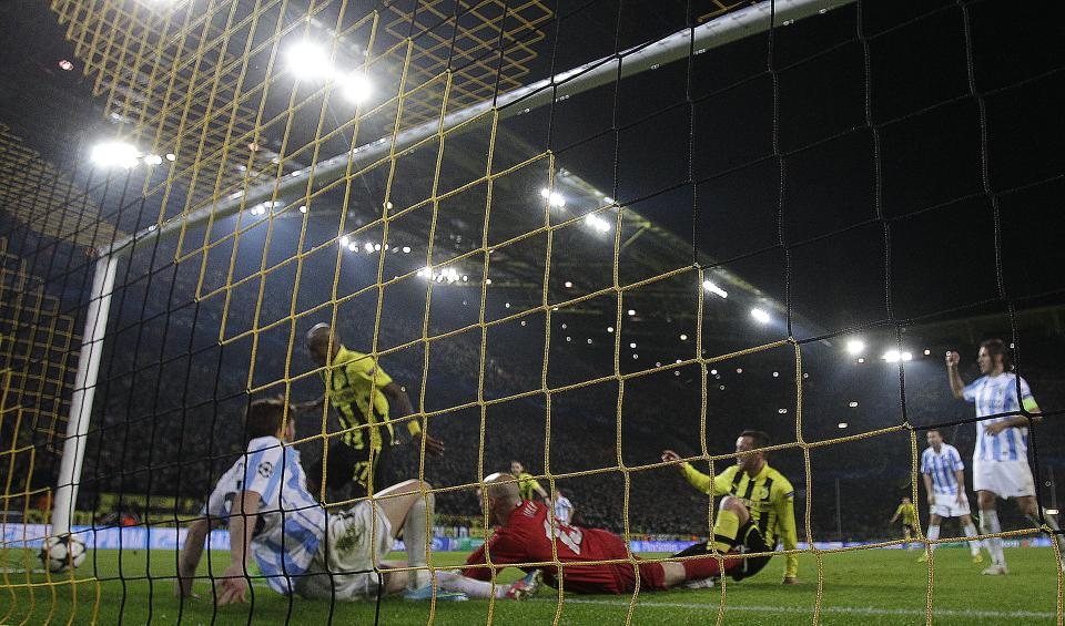 Dortmund's Felipe Santana of Brazil, second left, scores the decisive goal during the Champions League quarterfinal second leg soccer match between Borussia Dortmund and Malaga CF in Dortmund, Germany, Tuesday, April 9, 2013. (AP Photo/Frank Augstein)