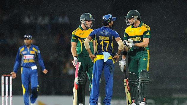 South African batsmen David Miller (2nd L) Ryan McLaren (R) talk to Sri Lankan captain Dinesh Chandimal (C) during the second One Day International (AFP)