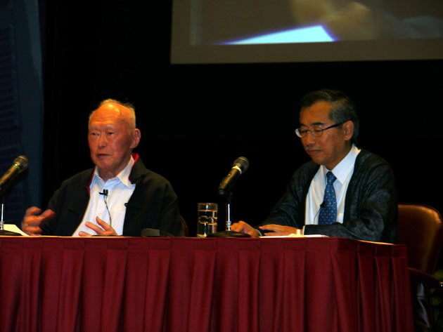 Mr Lee Kuan Yew fielded questions on wide-ranging topics at the 45-minute dialogue, accompanied here by discussion moderator, Assoc. Prof. Kwok Kian Woon, NTU's associate provost for student life. (Yahoo! photo/Jeanette Tan)