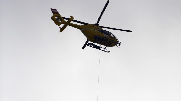 United States' Lindsey Vonn is airlifted by an helicopter after crashing during the women's super-G course, at the Alpine skiing world championships in Schladming, Austria, Tuesday, Feb.5, 2013. (AP Photo/Alessandro Trovati)