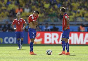 Chile's Alexis Sanchez (7) wipes his brow after…