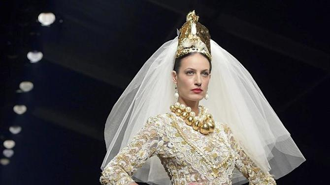 . Rome (Italy), 01/02/2015.- A model presents a creation from the Spring/Summer 2015 collection by Italian label Curiel Couture during the AltaRomaAltaModa fashion week in Rome, Italy, 01 February 2015. The event runs from 30 January to 02 February. (Moda, Italia, Roma) EFE/EPA/STR