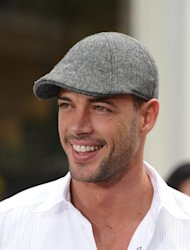 William Levy promete no textear mientras conduce