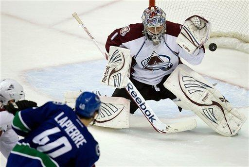 Hansen's tiebreaking goal leads Canucks over Avs