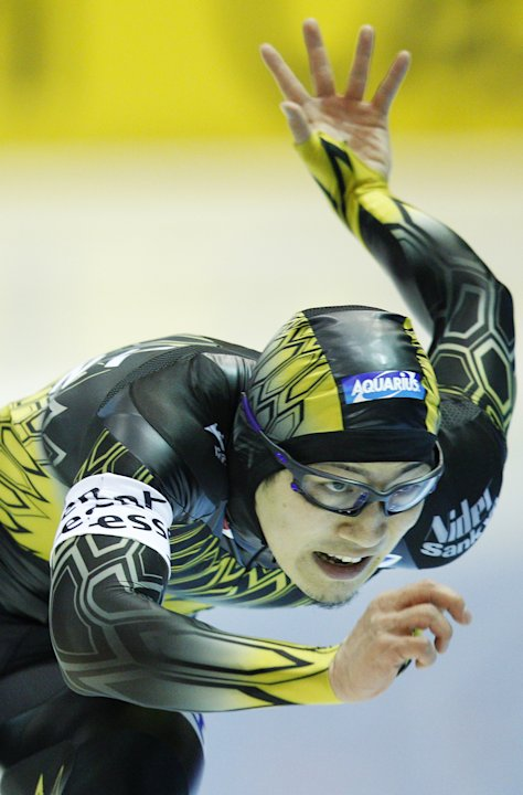 Japan's Joji Kato  competes in the 500m event during the World Cup Speed Skating tournament in Heerenveen on March 25, 2012. AFP PHOTO / ANP / JERRY LAMPEN netherlands out (Photo credit should read JE