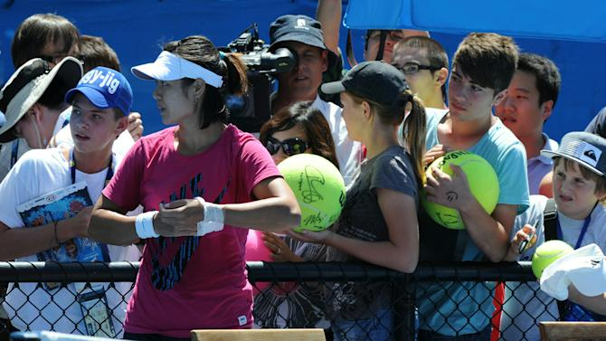 Li Na of China (2L) stands in front of s