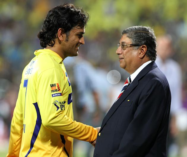 Chennai Super Kings Captain MS Dhonu (L)