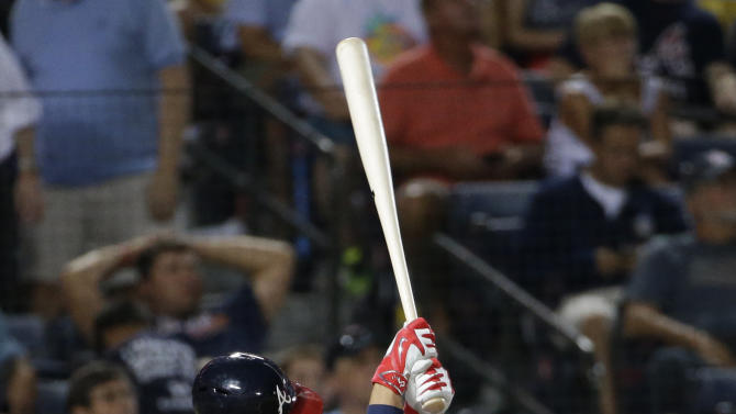 Atlanta Braves' Andrelton Simmons drops to his knee while swinging through on a fly out in the third inning of a baseball game against the Washington Nationals, Wednesday, Sept. 17, 2014, in Atlanta. (AP Photo/David Goldman)