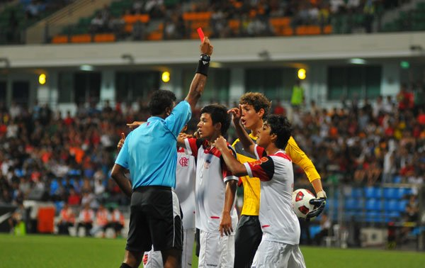 Caio Thimoteo is sent off despite protests. (Photo by Muse PR)