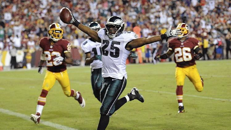 Kelly's frenetic Eagles beat RG3, Redskins 33-27