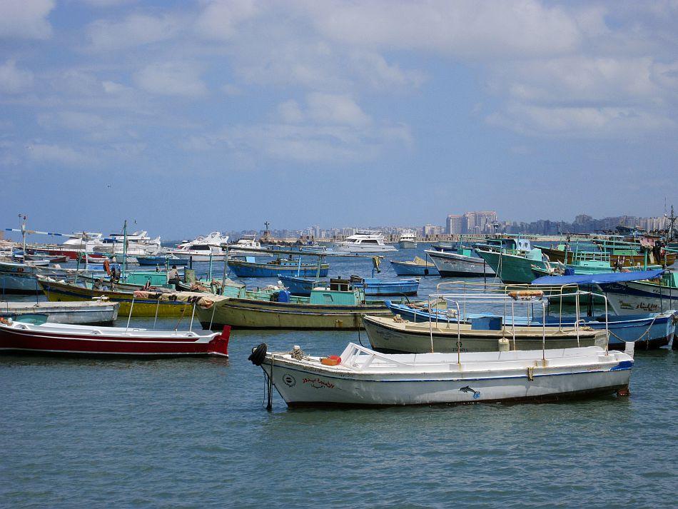http://l3.yimg.com/bt/api/res/1.2/35FOI1R2v3s51JoPRQloOQ--/YXBwaWQ9eW5ld3M7Zmk9Zml0O2g9NzEzO3E9ODU7dz05NTA-/http://l.yimg.com/os/401/2012/05/14/Fishing-boats-dotting-the-Mediterranean-Sea-at-Alexandria-JPG_094855.jpg