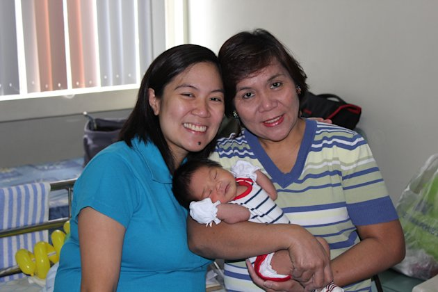 Gracielle Bassig with her daughter and mother