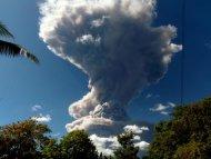 Vista del volcán Chaparrastique despidiendo humo y cenizas en San Miguel, 140 km al este de San Salvador, El Salvador, el 29 de diciembre de 2013. (AFP | Roberto Acevedo)
