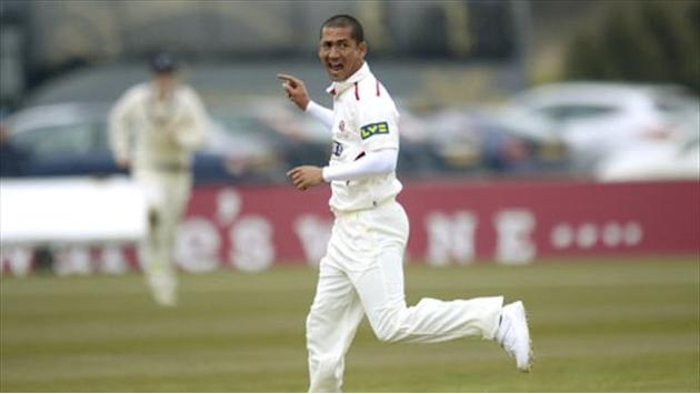 County - Wickets tumble at Chester-le-Street, Hampshire skittle Leicestershire
