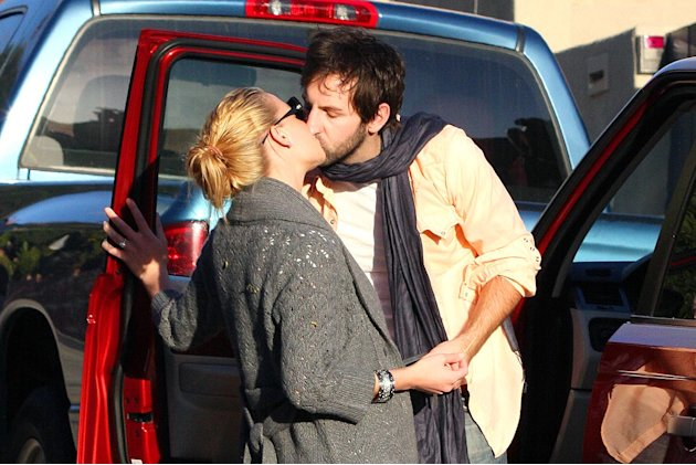 Heigl Kelley Kissing