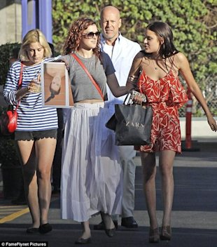Las hermanas Willis con su padre Bruce via Daily Mail