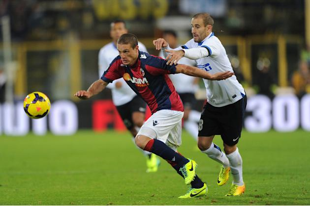 Bologna's Diego Perez, left, challenges for the ball with Inter's Rodrigo Palacio during the Italian Serie A soccer match between Bologna and Inter Milan at the Renato Dall' Ara stadium in Bologna, It