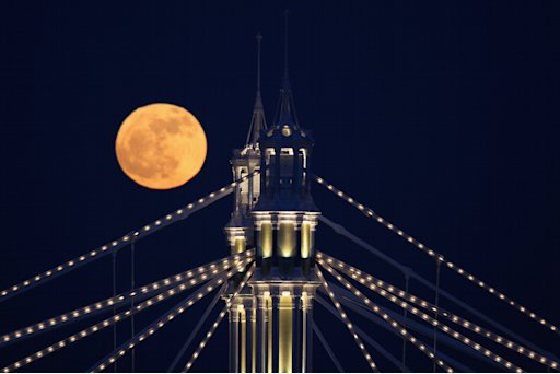 La luna sorge su Albert Bridge, Londra