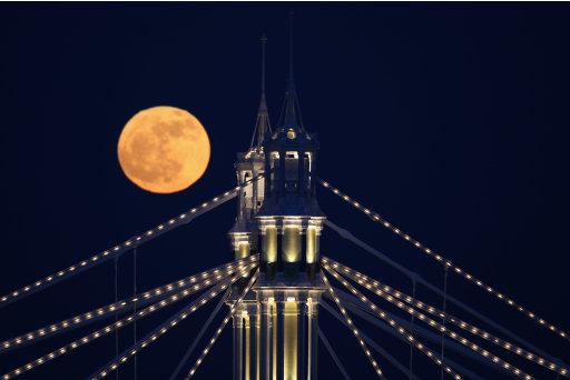 La luna sorge su Albert Bridge, Londra