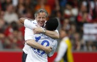 Schalke 04&#39;s coach Jens Keller (L) hugs Schalke 04&#39;s Raffael after winning their German first division Bundesliga soccer match against SC Freiburg in Freiburg May 18, 2013. REUTERS/Lisi Niesner  (GERMANY - Tags: SPORT SOCCER) DFL RULES TO LIMIT THE ONLINE USAGE DURING MATCH TIME TO 15 PICTURES PER GAME. IMAGE SEQUENCES TO SIMULATE VIDEO IS NOT ALLOWED AT ANY TIME. FOR FURTHER QUERIES PLEASE CONTACT DFL DIRECTLY AT + 49 69 650050