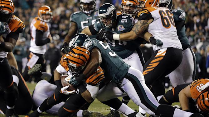 Cincinnati Bengals' BenJarvus Green-Ellis, left, scores a touchdown as Philadelphia Eagles' DeMeco Ryans defends in the first half of an NFL football game, Thursday, Dec. 13, 2012, in Philadelphia. (AP Photo/Mel Evans)