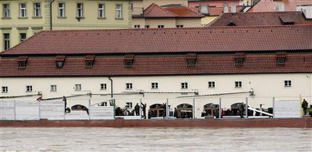 Czech soldiers erect metal barriers at a bank of Vltava river in central Prague June 3, 2013. REUTERS/David W Cerny