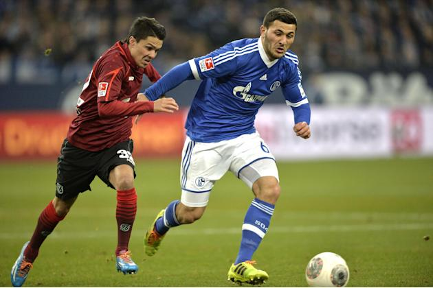 Schalke's Sead Kolasinac, right, and Hannover's Leonardo Bittencourt challenge for the ball during the German Bundesliga soccer match between FC Schalke 04 and SV Hannover 96 in Gelsenkirchen,