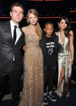 Taylor Swift Brother on Taylor Swift Brings Brother To American Music Awards   Omg Famous