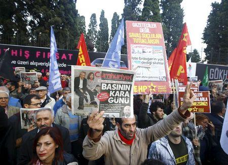 Turkish journalists' arrests draws protests home and abroad