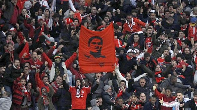 Benfica fans celebrate victory against Sporting Lisbon while also celebrating the life of Eusebio 12/01/2014 (Reuters)