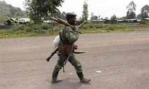 A Congolese armed forces (FARDC) soldier moves to a new position as they battle M23 rebels in Kibati, outside Goma in the eastern Democratic Republic of Congo, August 30, 2013. REUTERS/Thomas Mukoya