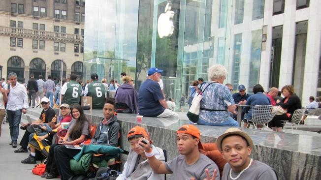 Researchers say iPhone fans wait in long lines to boost self-esteem, make friends