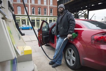Lower gas prices seen fueling U.S. consumer spending in fourth quarter
