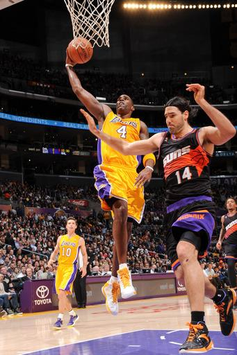 Lakers beat Suns with 4 points from Kobe