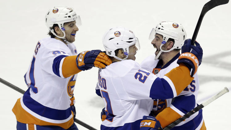Isles snap 10-game skid with 3-2 SO win vs Sharks