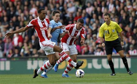 Stoke City's Steven Nzonzi (L) and Jonathan Walters (R) challenge Manchester City's Samir Nasri during their English Premier League soccer match at the Britannia Stadium in Stoke-on-Trent September 14, 2013. REUTERS/Eddie Keogh